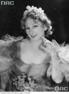 Maria Modzelewska jako Jadzia w jednej ze scen przedstawienia, 1937 (NAC)